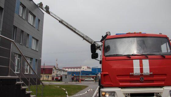 В Твери пожарные залезли на третий этаж банка