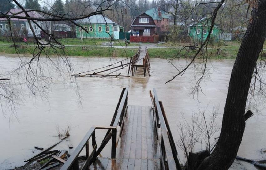 В Кашине уплыл деревянный мост