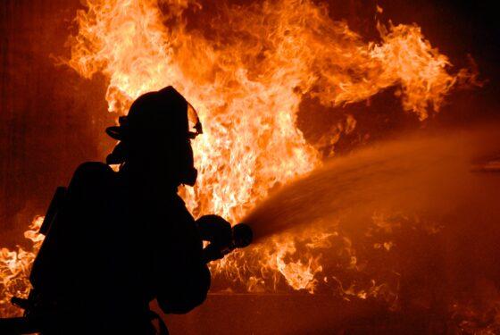 Под Тверью огонь подбирался к кладбищу в Лебедево