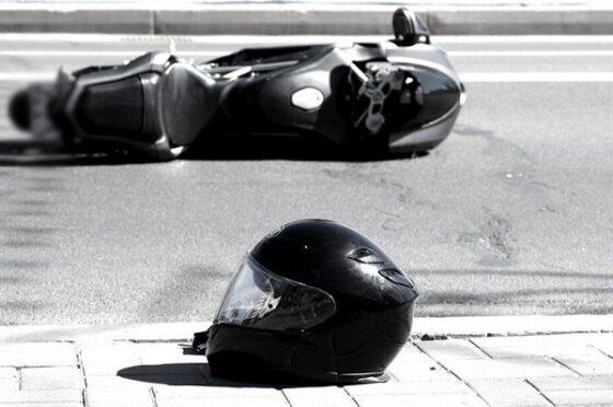 В Кимрах мотоцикл при обгоне иномарки попал в аварию