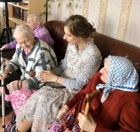 Звезды кино и эстрады поздравили пенсионеров в Тверской области