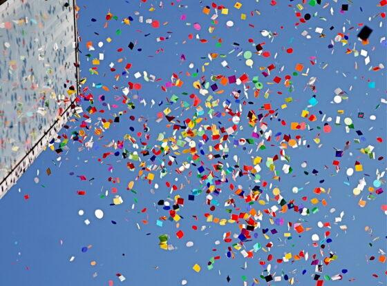 Чтобы поддержать библиотекарей, в Кимрах разбросали конфетти и организовали летучую почту