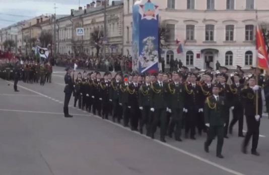 В Твери участница парада потеряла ботинок, но продолжила маршировать