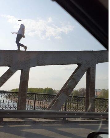 В Твери подростки гуляют по перилам Староволжского моста