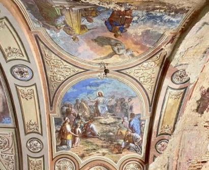 Под Бежецком погибает заброшенный храм с прекрасными фресками