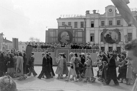 Опубликованы фотографии  первомайской демонстрации в Калинине
