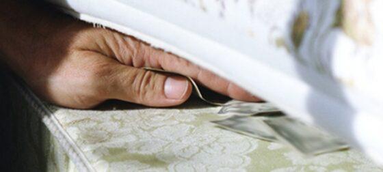 Помощник по хозяйству обокрал старушку в Торжке