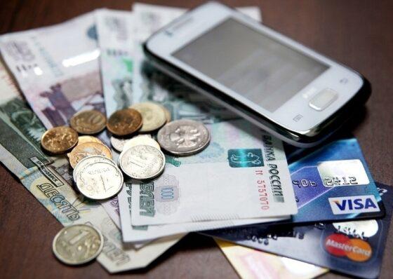 В Конаковском районе мужчина обнаружил пропажу 20 000 рублей, зарядив свой телефон