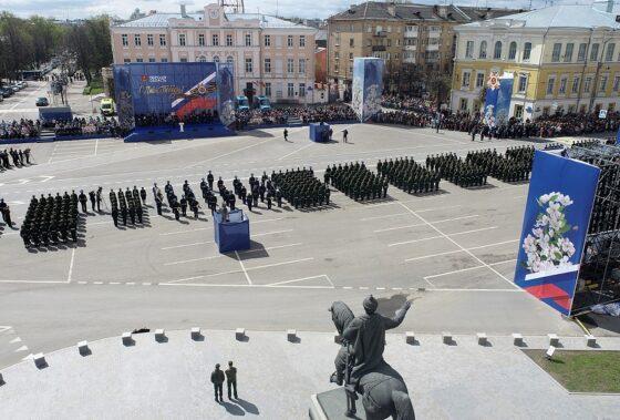 Потерявшую ботинок участницу Парада Победы в Твери поощрят за выдержку