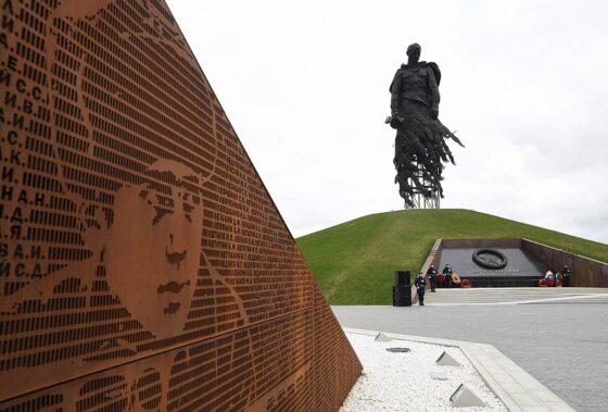 У Ржевского мемориала Советскому солдату проходят торжества в честь Дня Победы
