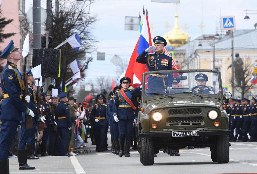 В Твери состоялось торжественное прохождение войск и пролет воздушной техники