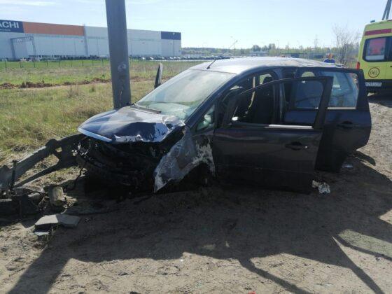 Под Тверью водитель  кроссовера  протаранил мачту уличного освещения, пострадала пассажирка