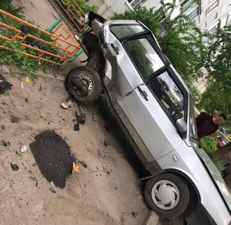 В Тверской области водитель протаранил машину и снес дерево