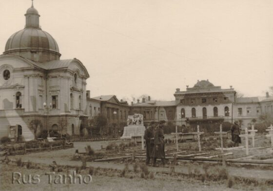 Опубликованы фото немецкого кладбища в Калинине с беседующими Лениным и Сталиным