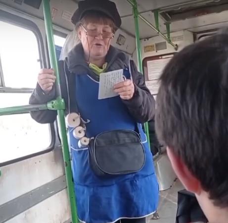Кондуктор веселит пассажиров пасхальными частушками в Тверской области