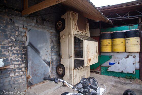 В Торжке крышу  подпирает автомобиль