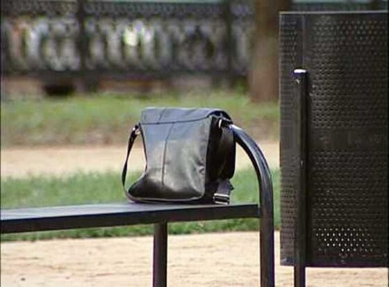 В Твери девушка забыла сумку на остановке и осталась без денег