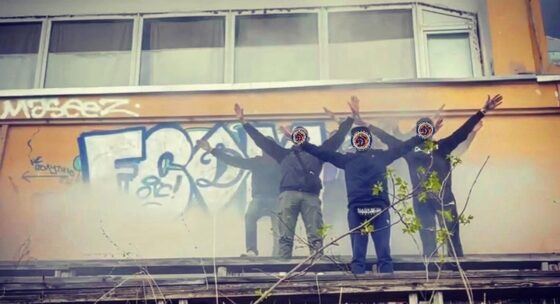 В Твери московские футбольные фанаты сделали граффити на заброшенном стадионе