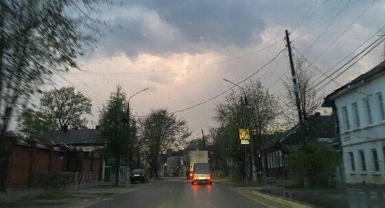 Сильный ветер оставил  без света город в Тверской области
