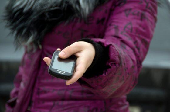 Плачущая девочка ворует телефоны у доверчивых женщин в Твери