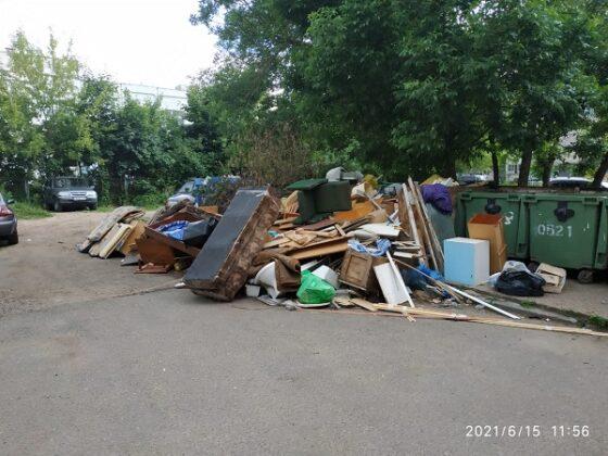 После публикации PANORAMApro.ru двор многоэтажки в Твери расчистили от старых диванов и ящиков