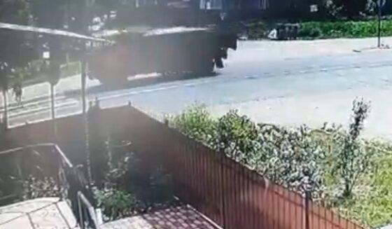 Опубликовано видео, как Камаз сбил девочку на улице Маяковского в Твери