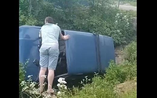 Опубликовано видео, как в Тверской области автомобиль снес дорожный знак и упал в канаву