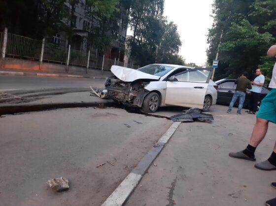 В Твери водитель  иномарки не уступил дорогу и врезался в столб