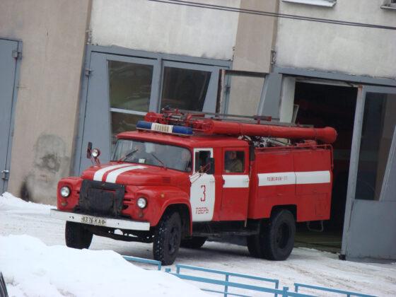 В Тверской области загорелся дачный дом, огонь перекинулся на два соседних строения