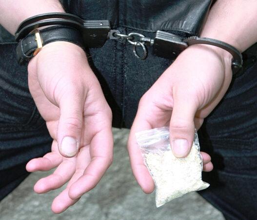 Под Тверью мужчина пытался перепродать наркотики и  попал под суд