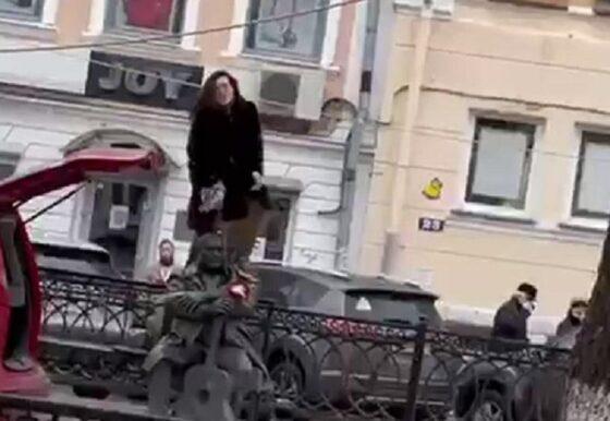 В Твери лишили прав девушку, которая залезла на памятник Михаилу Кругу