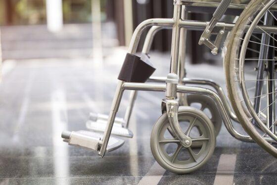 В Твери женщина хотела продать инвалидную коляску, но попала на мошенника