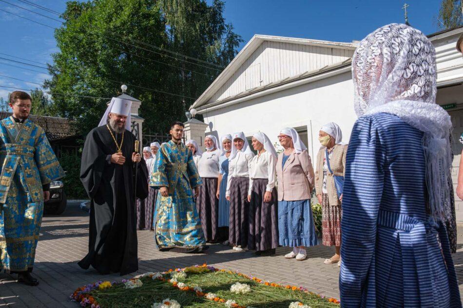 Прихожане  выложили ковровую дорожку из цветов  к Оковецкому собору Ржева