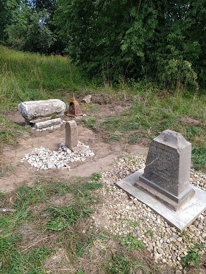 В Твери восстановили памятник на могиле отца и сына, умерших в 1910 году
