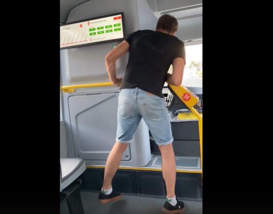 В Тверской области водитель автобуса привез буйного пассажира в полицию