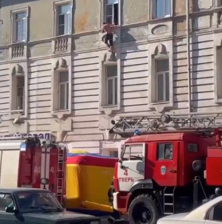 Пожарные с батутом спасли неадекватного мужчину в Твери