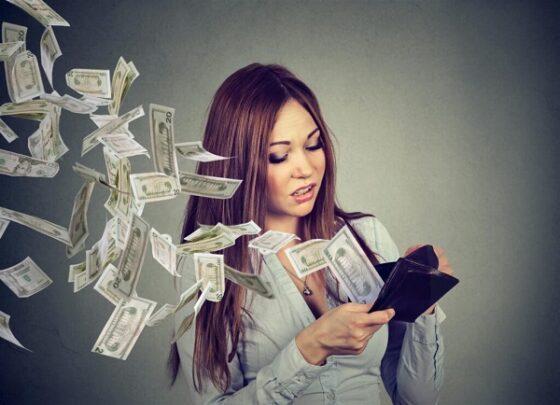 В Тверской области у сопротивляющейся женщины отобрали деньги