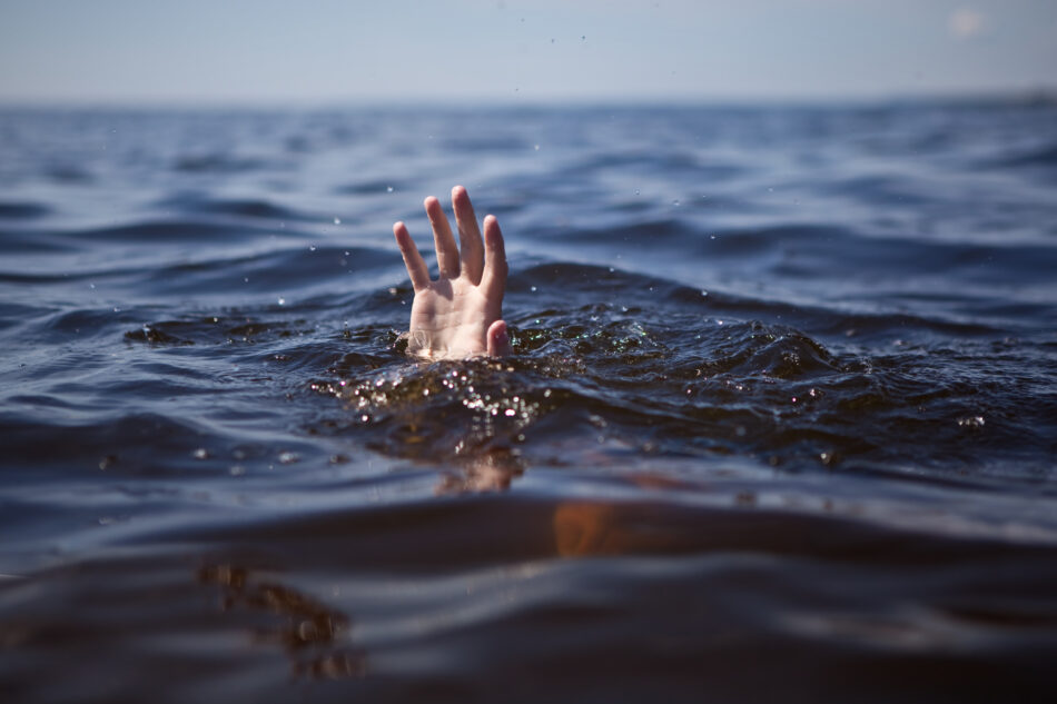 В Тверской области из воды достали труп молодого человека